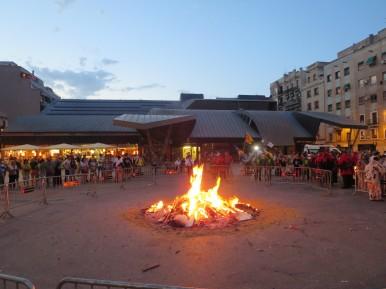 Barceloneta: Bonfire in Plaça del Poeta Boscà.